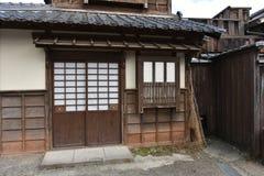 Vieux maison et balai japonais Photo stock