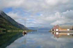 Vieux maisons et bateau colorés dans Mosjoen, Norvège image libre de droits