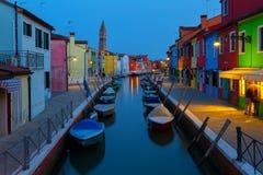 Vieux maisons et bateaux colorés la nuit dans Burano Photo stock