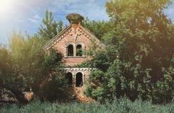 Vieux manoir abandonné et ruiné de brique dans la forêt Photo libre de droits