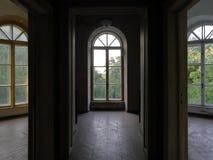 Vieux manoir avec les escaliers en bois et la colonne de marbre foncée 02 Photographie stock