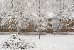 Vieux manoir de brique en saison de l'hiver Photos libres de droits