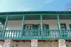 Vieux manoir de terrasse blanc-bleu Photographie stock