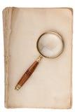 Vieux manuscrit avec la loupe Photographie stock