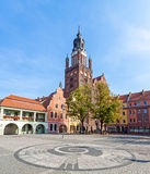 Vieux marché de ville avec l'église de St Mary (XVème siècle), une des plus grandes églises de brique en Europe photos libres de droits