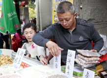 Vieux marchand ambulant vendant des boulettes de viande Images stock