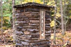 Vieux marqueur en pierre de trailhead le long de la traînée du comté ou du NCT du nord image stock