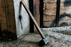Vieux marteau de forgeron se tenant dans le garage image libre de droits