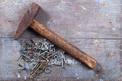 Vieux marteau et clous Photographie stock libre de droits