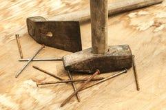 Vieux marteau, herminette et clous rouillés Photographie stock libre de droits