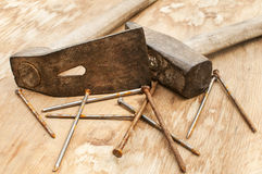 Vieux marteau, herminette et clous rouillés Images stock