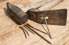 Vieux marteau, herminette et clous rouillés Photo libre de droits
