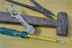 Vieux marteau rouillé, pinces, clé, tournevis Photo libre de droits