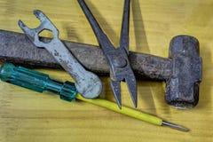 Vieux marteau rouillé, pinces, clé, tournevis Photographie stock libre de droits