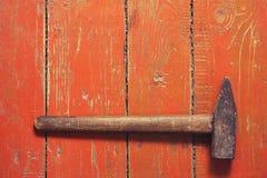 Vieux marteau sur un vieux fond en bois brun image libre de droits