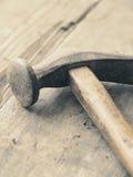Vieux marteau utilisé sur le bois image stock