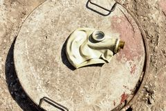 Vieux masque de gaz sur la trappe de l'abri concret photographie stock libre de droits
