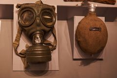 Vieux masque et pot de gaz allemand de la deuxième guerre mondiale photographie stock