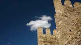 Vieux massonary de la tour médiévale de forteresse à l'arrière-plan des cieux bleus avec quelques nuages banque de vidéos