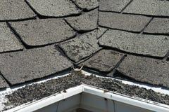 Vieux mauvais et se courbants bardeaux de toit sur une Chambre ou une maison Image libre de droits