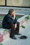 Vieux mendiant sans foyer. images stock