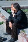 Vieux mendiant sans foyer. Image stock