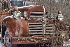 Vieux mensonges rouillés d'un camion d'esquive abandonnés Images stock
