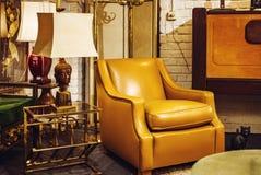 Vieux meubles de vintage dans le magasin d'antiquités, Bruxelles Image libre de droits