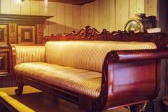 Vieux meubles de vintage dans le magasin d'antiquités, Bruxelles Photographie stock