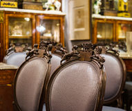 Vieux meubles de vintage dans le magasin d'antiquités, Bruxelles Photo libre de droits