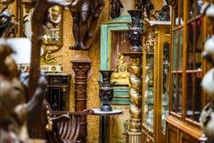 Vieux meubles de vintage dans le magasin d'antiquités, Bruxelles Photographie stock libre de droits