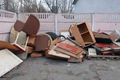 Vieux meubles se trouvant sur les déchets images stock