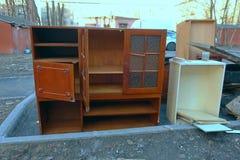 Vieux meubles se trouvant sur les d?chets images libres de droits