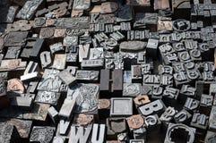 Vieux meurent les lettres et les numéros de presse photographie stock