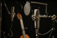 Vieux microphone dans un studio d'enregistrement foncé photo libre de droits