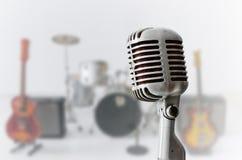 Vieux microphone de chrome et instrument musical de tache floue Photographie stock libre de droits