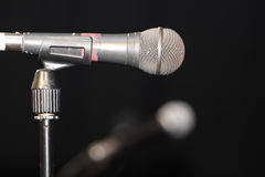 Vieux microphone fonctionnant Photos stock