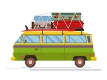 Vieux minibus d'isolement avec le grand bagage sur le toit Conception plate Photo libre de droits