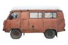 Vieux minibus orange avec un chapeau de neige, d'isolement images stock