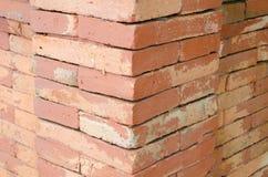 Vieux modèle de mur de briques de Brown Photos stock