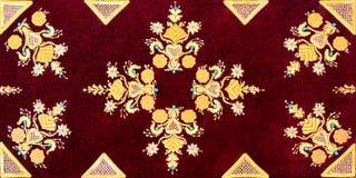 Vieux modèle rouge de velours d'or d'oreiller de vintage Image stock
