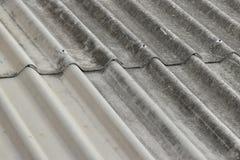 Vieux modèle rouillé de toit d'amiante Images stock