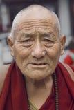 Vieux moine bouddhiste tibétain à Dharamsala, Inde Image libre de droits