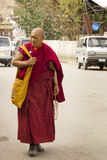 Vieux moine dans des rues de Leh Images libres de droits