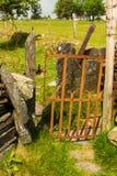 Vieux montant de porte de fer dans le mur de pierres sèches Photos stock