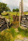 Vieux montant de porte de fer dans le mur de pierres sèches Photos libres de droits