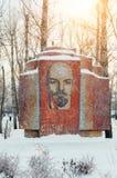 Vieux monument commémoratif soviétique à Vladimir Lenin en parc d'hiver mosaïque Photos stock