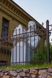 Vieux monument démantelé au grand chiffre historique derrière la barrière photo libre de droits