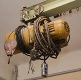 Vieux moteur électrique pour soulever la charge sur l'usine Photographie stock libre de droits