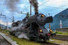 Vieux moteur de train de vapeur laissant outre de la vapeur Photo libre de droits